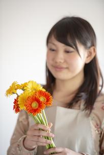 花を持つ女性の手元の写真素材 [FYI04558781]