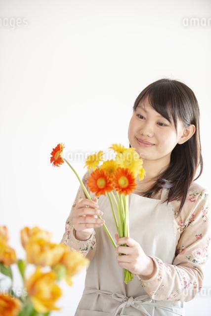 花を持つ女性の写真素材 [FYI04558782]
