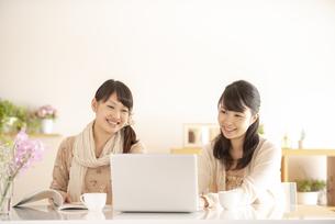 パソコンの画面を見る2人の女性の写真素材 [FYI04558785]