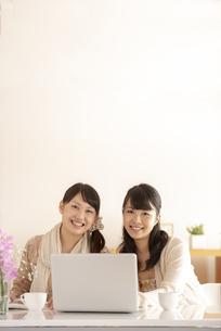 微笑む2人の女性の写真素材 [FYI04558786]