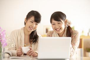 パソコンの画面を見る2人の女性の写真素材 [FYI04558788]