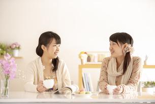 ティータイムを楽しむ2人の女性の写真素材 [FYI04558789]