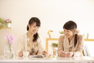ティータイムを楽しむ2人の女性の写真素材 [FYI04558794]