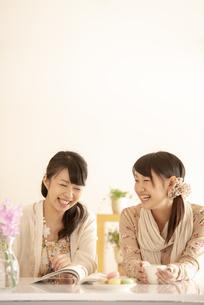 談笑をする2人の女性の写真素材 [FYI04558797]