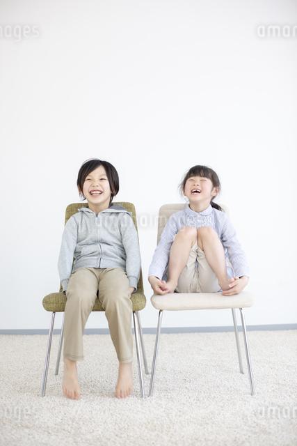 椅子に座る笑顔の子供の写真素材 [FYI04558806]