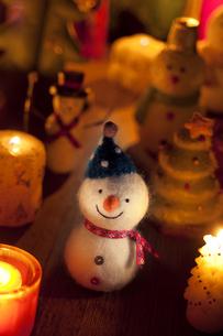 雪だるまとクリスマスツリーとキャンドルの写真素材 [FYI04558970]