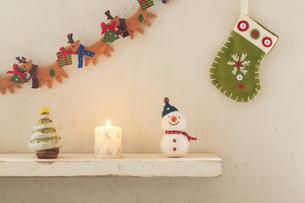 壁に飾り付けたクリスマスグッズとキャンドルの写真素材 [FYI04558974]