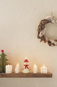 壁に飾り付けたクリスマスグッズとキャンドルの写真素材 [FYI04558976]