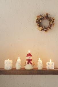 壁に飾り付けたクリスマスグッズとキャンドルの写真素材 [FYI04558977]