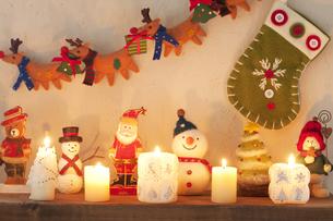 壁に飾り付けたクリスマスグッズとキャンドルの写真素材 [FYI04558979]