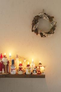 壁に飾り付けたクリスマスグッズとキャンドルの写真素材 [FYI04558981]