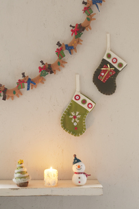 壁に飾り付けたクリスマスグッズとキャンドルの写真素材 [FYI04558983]