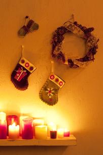 壁に飾り付けたクリスマスグッズとキャンドルの写真素材 [FYI04558984]
