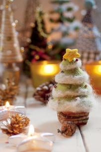 クリスマスツリーとクリスマスグッズの写真素材 [FYI04559001]