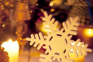雪の結晶とキャンドルの写真素材 [FYI04559003]