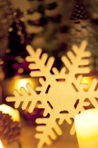 雪の結晶とクリスマスグッズの写真素材 [FYI04559004]