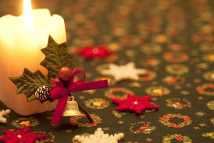 キャンドルと柊の飾りの写真素材 [FYI04559029]
