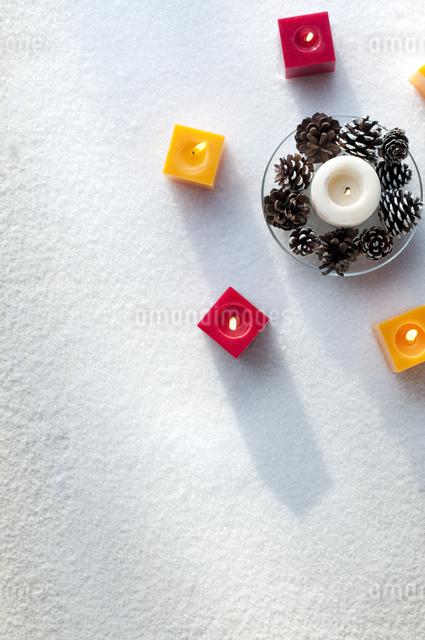 キャンドルと松ぼっくりの写真素材 [FYI04559492]