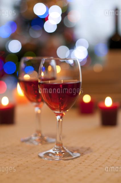 赤ワインとキャンドルの写真素材 [FYI04559514]
