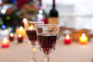 赤ワインとキャンドルの写真素材 [FYI04559522]