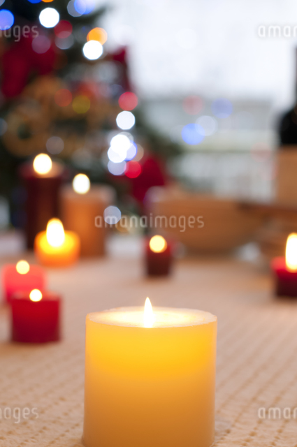 テーブルの上に並ぶキャンドルの写真素材 [FYI04559523]