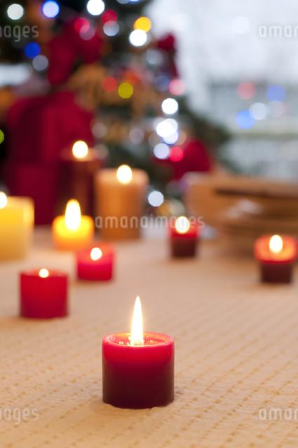 テーブルの上に並ぶキャンドルの写真素材 [FYI04559524]