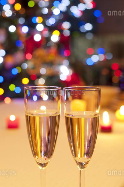 シャンパンとイルミネーションの写真素材 [FYI04559529]
