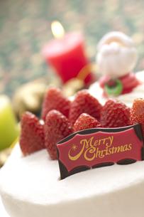 クリスマスケーキとキャンドルの写真素材 [FYI04559568]