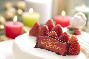 クリスマスケーキとキャンドルの写真素材 [FYI04559569]