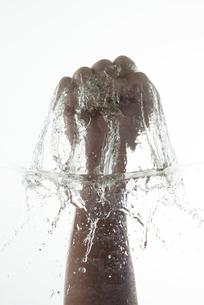 水しぶきと手の写真素材 [FYI04559609]