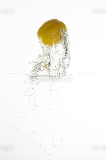 飛び出すパプリカの写真素材 [FYI04559649]