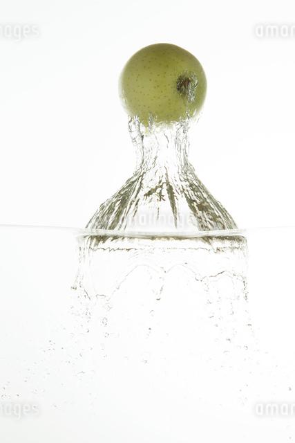 飛び出す青リンゴの写真素材 [FYI04559654]