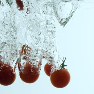 水に落としたミニトマトの写真素材 [FYI04559738]