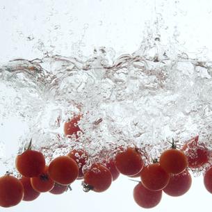 水に落としたミニトマトの写真素材 [FYI04559746]
