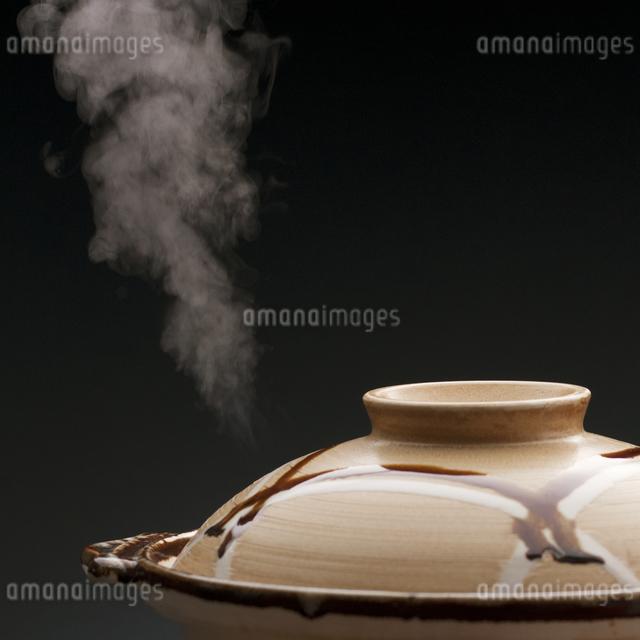 土鍋と湯気の写真素材 [FYI04559777]