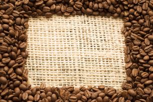 コーヒー豆で作ったフレームの写真素材 [FYI04559857]