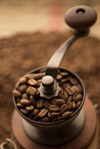 コーヒーミルとコーヒー豆の写真素材 [FYI04559858]