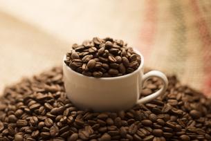 コーヒーカップに入ったコーヒー豆の写真素材 [FYI04559860]