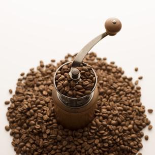 コーヒーミルとコーヒー豆の写真素材 [FYI04559870]
