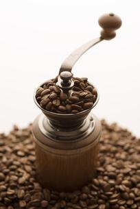 コーヒーミルとコーヒー豆の写真素材 [FYI04559871]