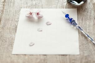 桜と便箋の写真素材 [FYI04559925]