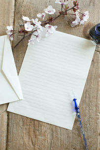 桜と便箋の写真素材 [FYI04559950]