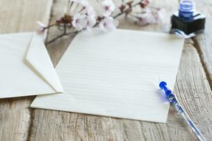 桜と便箋の写真素材 [FYI04559951]
