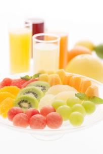 カットフルーツとジュースの写真素材 [FYI04559962]