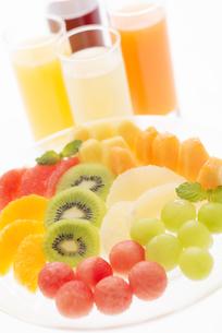 カットフルーツとジュースの写真素材 [FYI04559963]