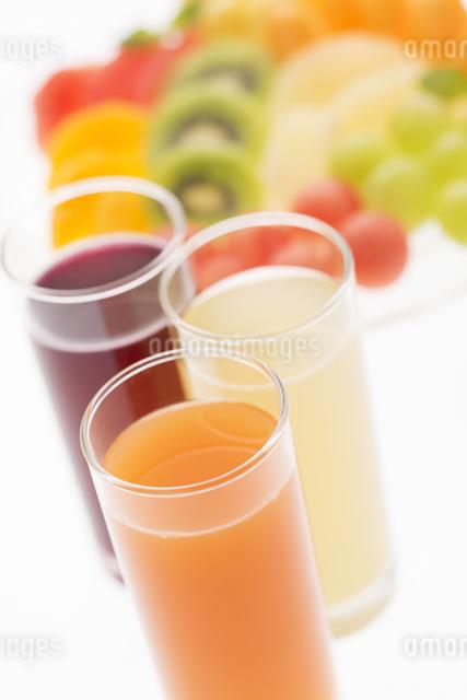ジュースとカットフルーツの写真素材 [FYI04559964]