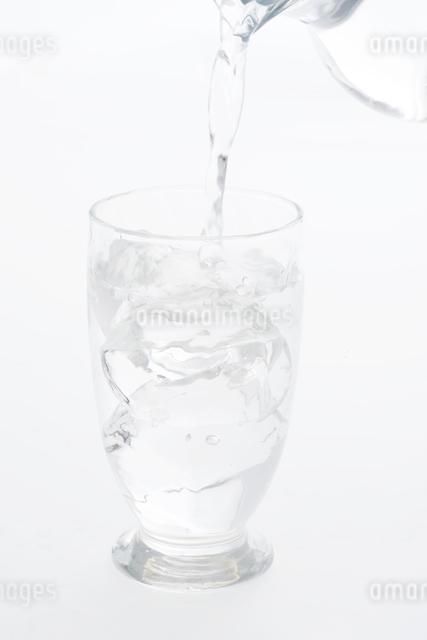 グラスに注ぐ水の写真素材 [FYI04559972]