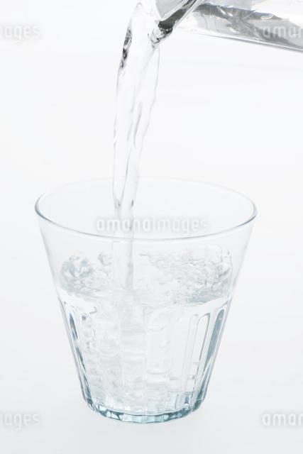 グラスに注ぐ水の写真素材 [FYI04559975]