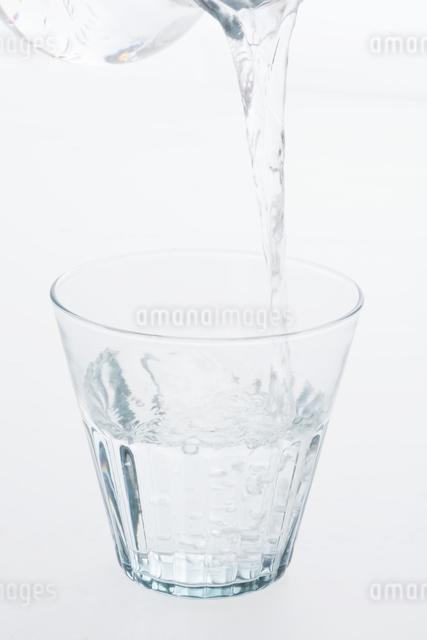 グラスに注ぐ水の写真素材 [FYI04559976]