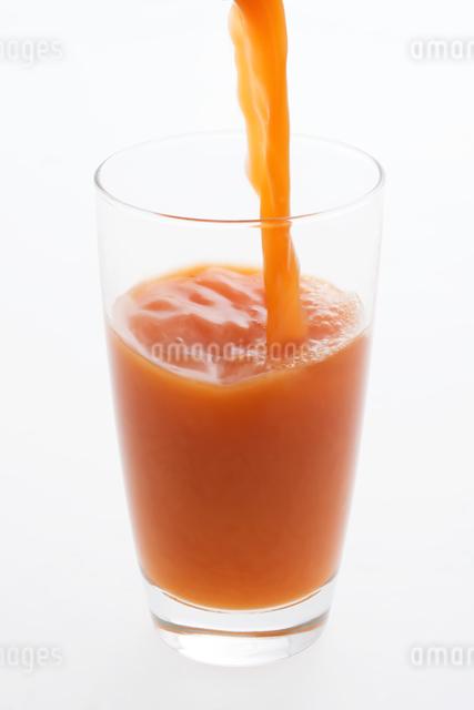 グラスに注ぐ野菜ジュースの写真素材 [FYI04559979]